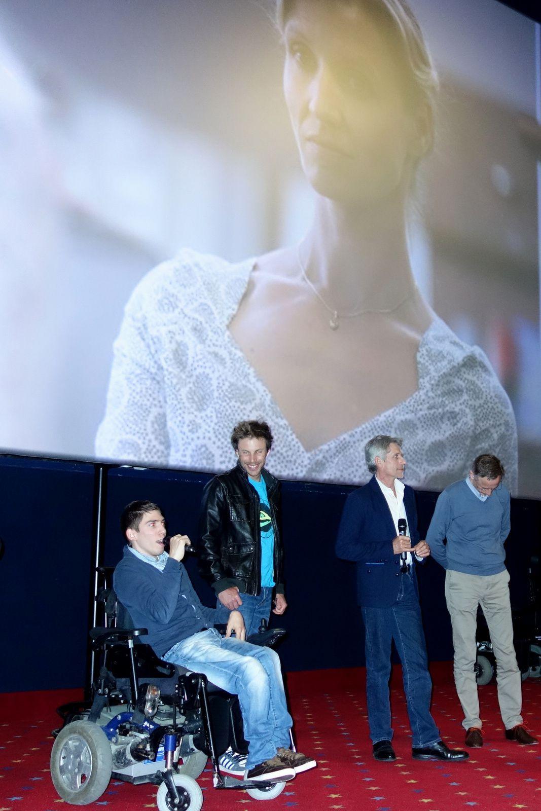 A la fin, le kiné de Fabien arrive près de lui. En fond d'écran, Alexandra Lamy, qui joue la mère, apparait.