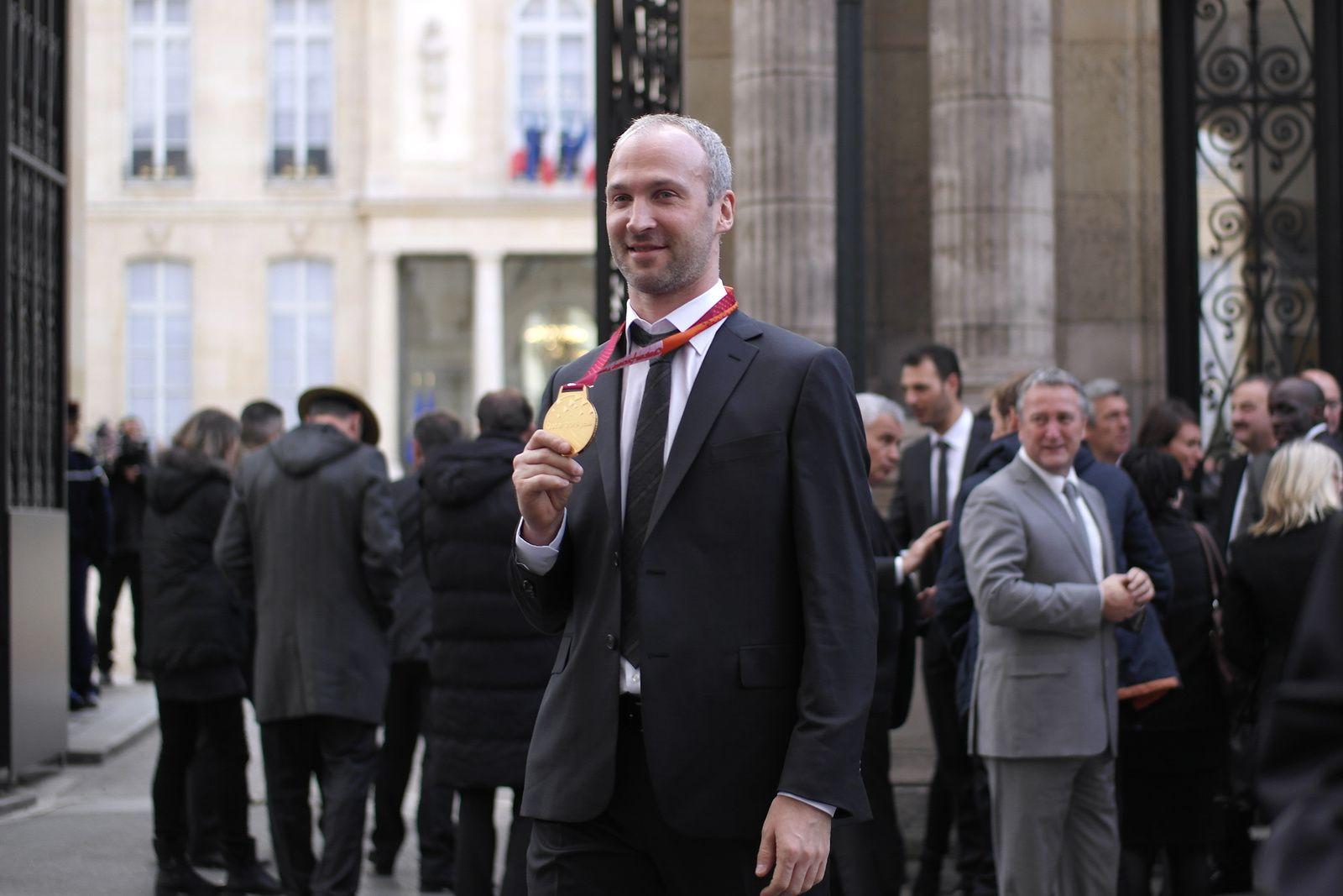 Thierry Omeyer (gardien de l'équipe de France) fier de montrer sa médaille en or
