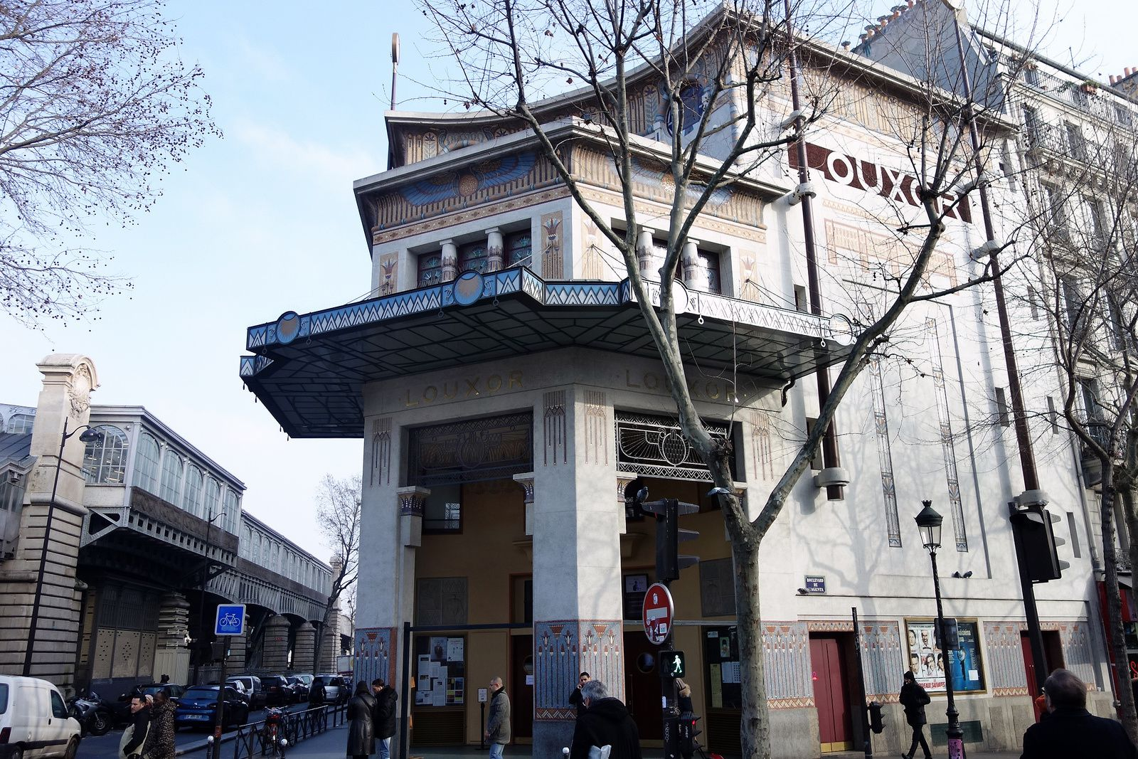 L'entrée du cinéma et sa façade en mosaïques multicolores.