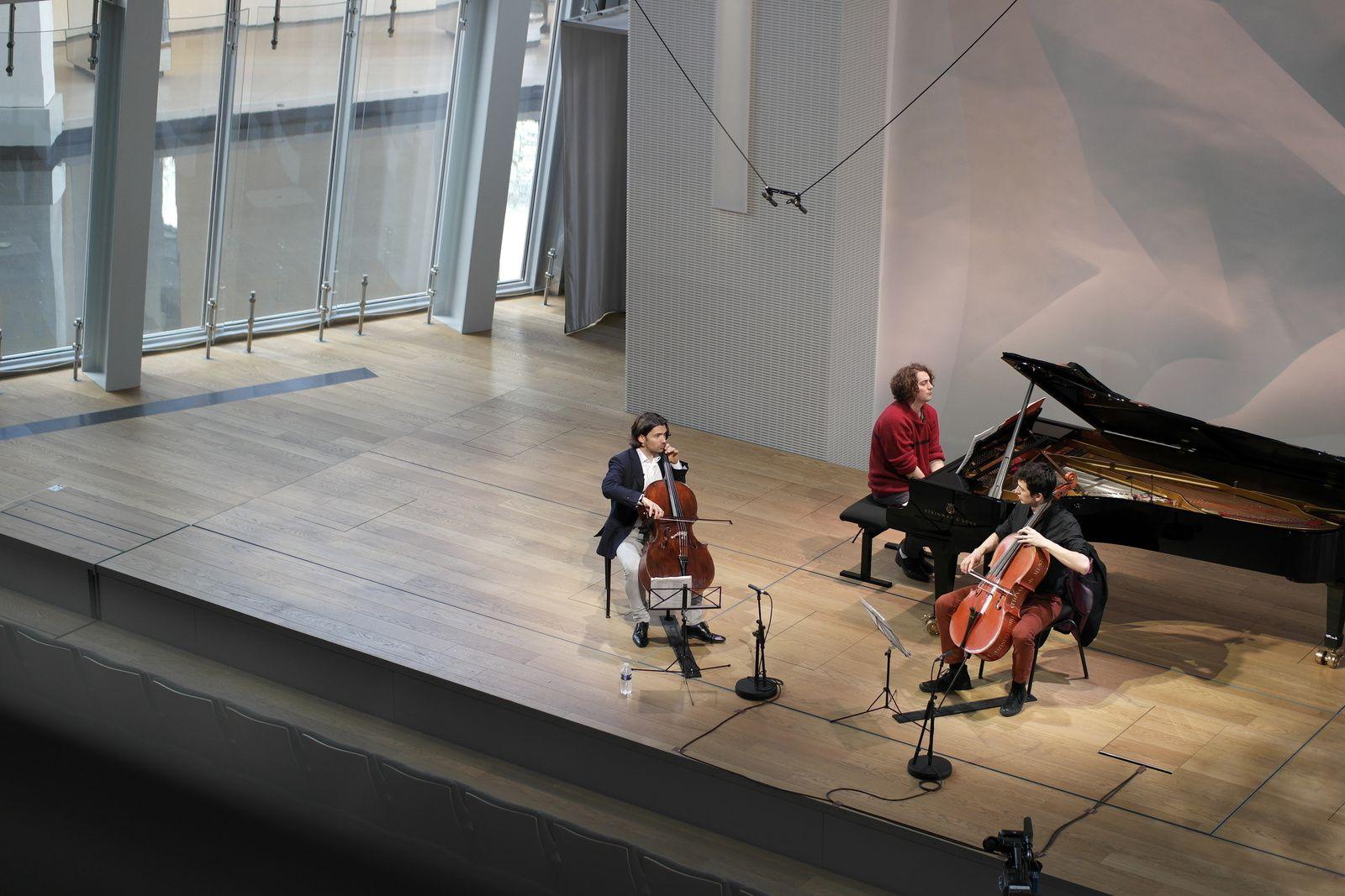 Gautier Capuçon, à gauche, donne des conseils au jeune violoncelliste