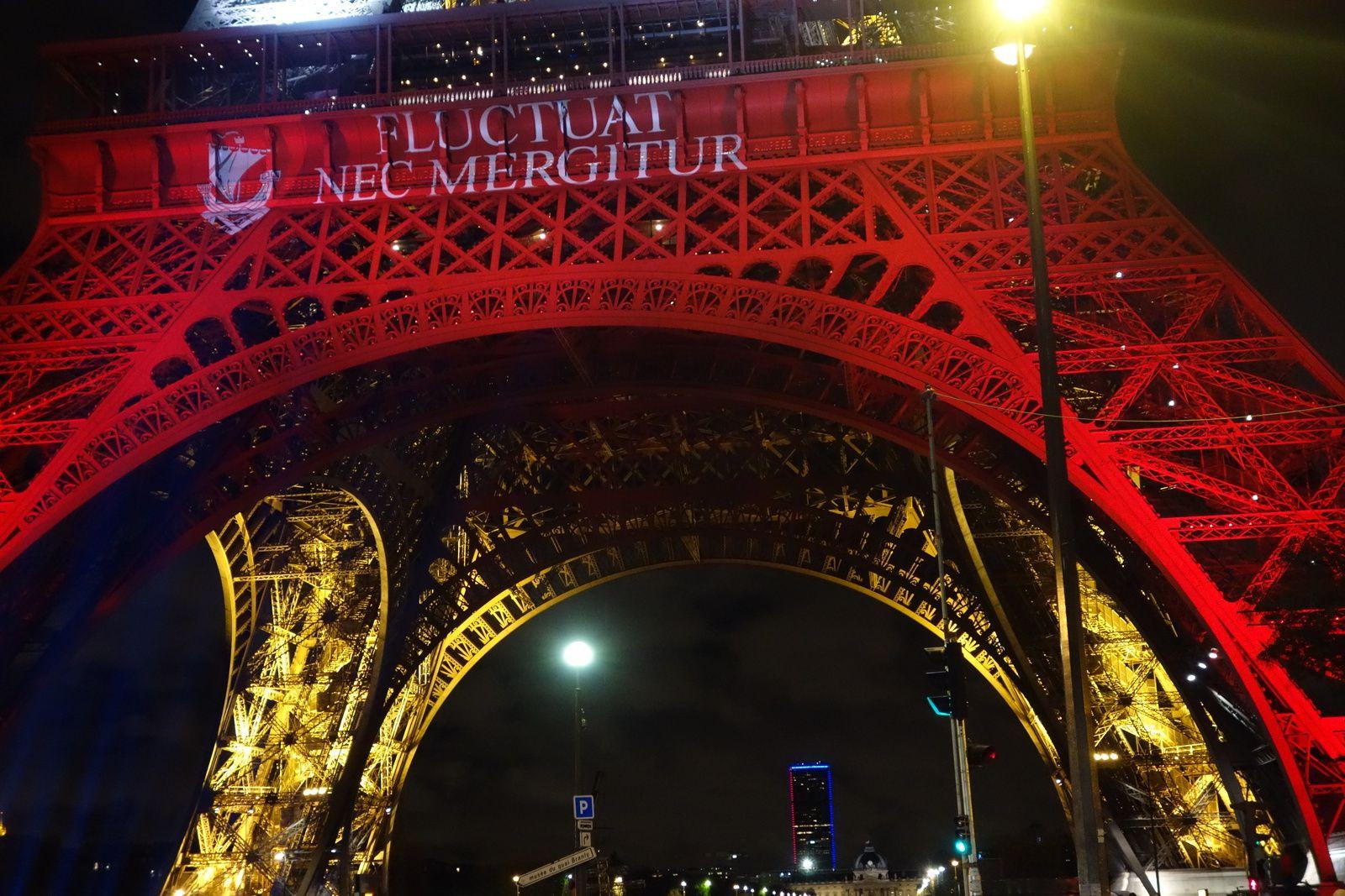 """La devise de Paris : """"Il est battu par les flots, mais ne sombre pas""""."""