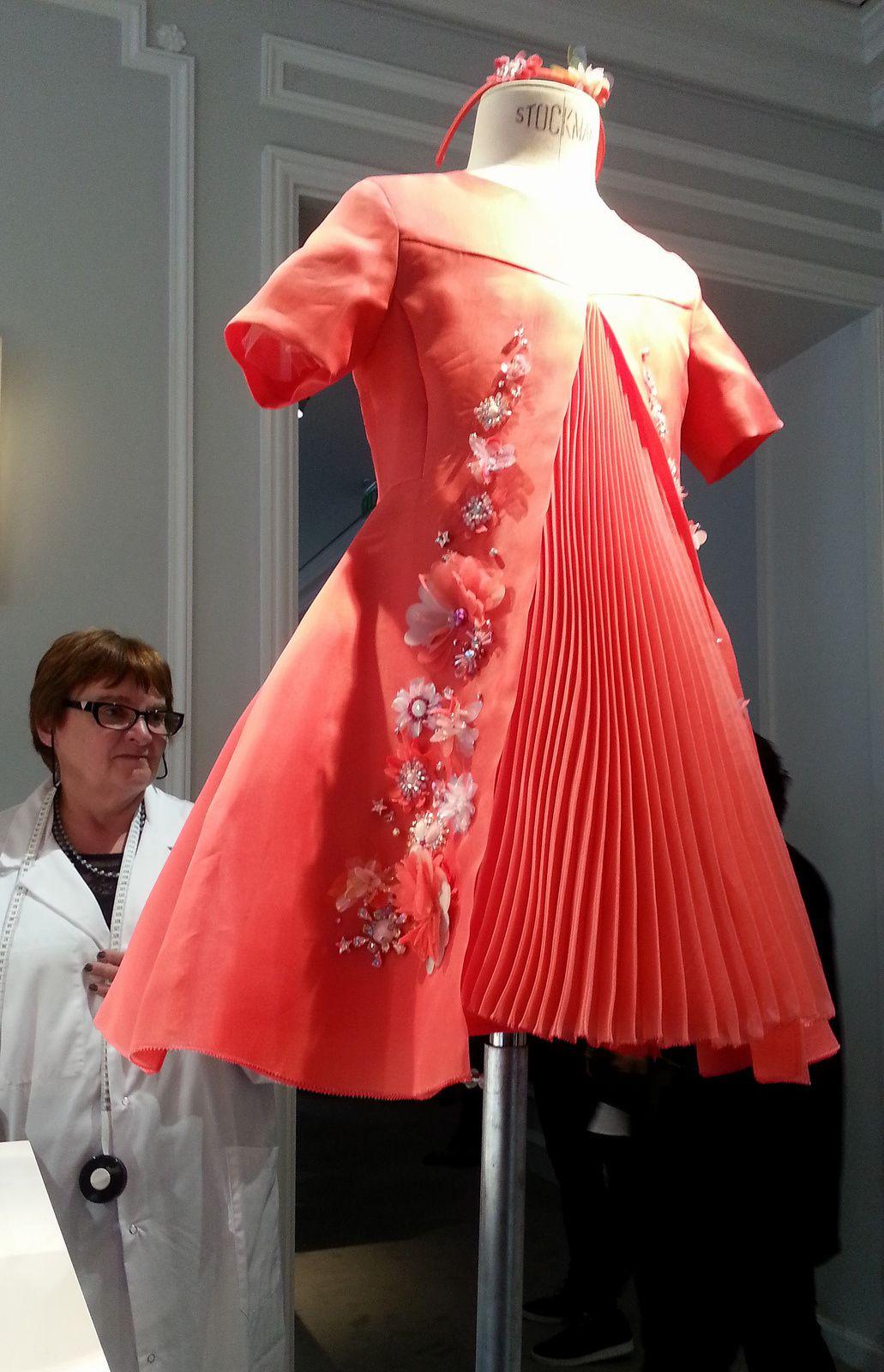"""L'atelier Baby Dior: la robe """"Versailles"""", entièrement brodée à la main et posée sur un jupon de tulle de soie."""