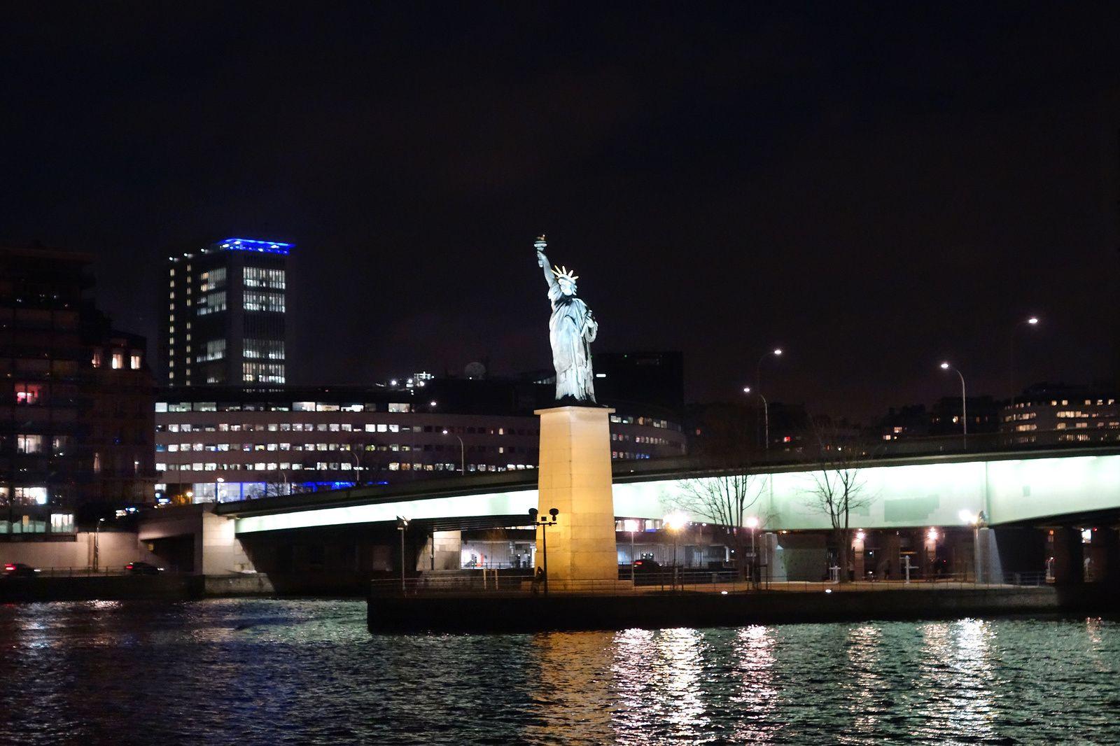 J'y accède par le Pont de Grenelle, d'où se dresse la Statue de la Liberté, au bout de l'Ile aux Cygnes