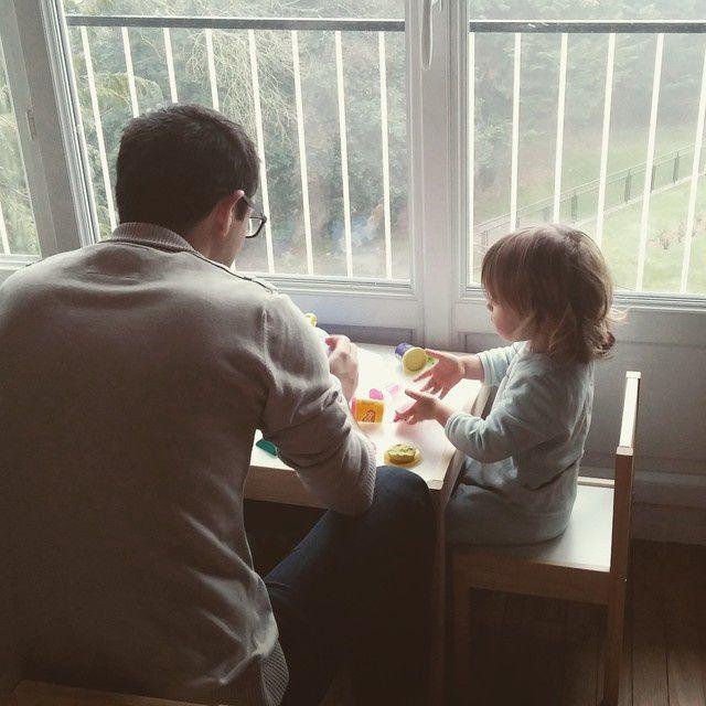 Les vacances selon PetitChou : l'atelier play-doh du matin, en pyj et avec Papa <3