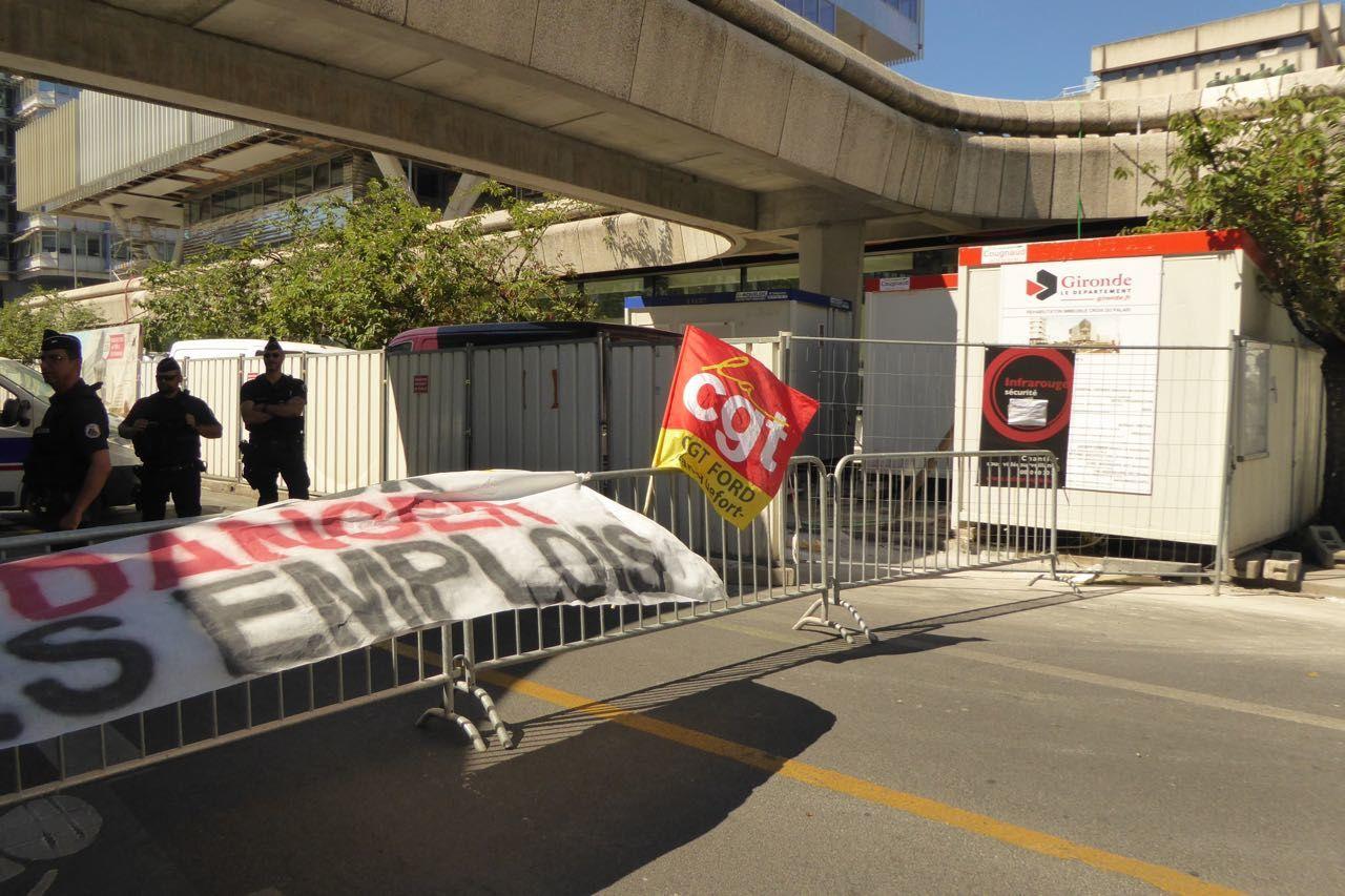 Les Ford avec leur section CGT ont appelé à un rassemblement devant la préfecture