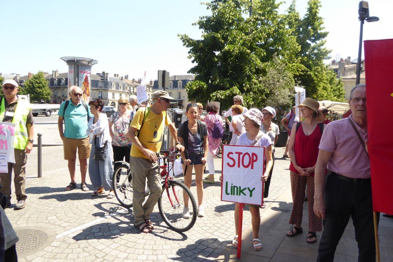amedi 11 juin à 15 h une centaine de manifestants ont défilé contre la politique D'EDF