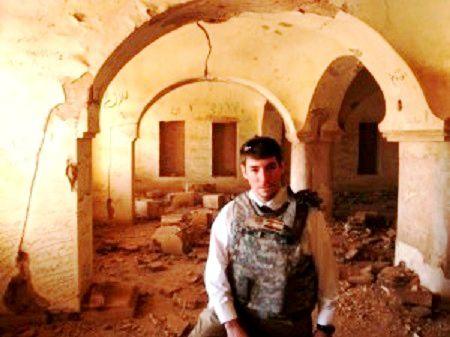 Irak, août 2009. Brett Bruen au milieu des ruines laissées par son pays, et qu'il veut reconstruire lui-même