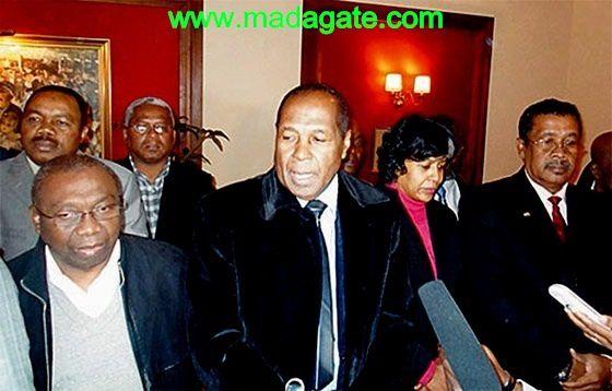 Au premier plan, de g. à dr.: Fleury Lezava, Voninahitsy Jean Eugène, Saraha Rabaharisoa épouse Georget, Lahiniriko Jean