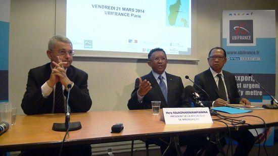 De g. à dr.: l'Ambassadeur de France à Madagascar, François Goldblatt, le Président Rajaonarimampianina et l'incontournable Solofo Rasoarahona, l'ami de toujours. Attention, il ne travaille pas pour la Présidence (pas encore...) mais pour le ministère des Finances et du Budget