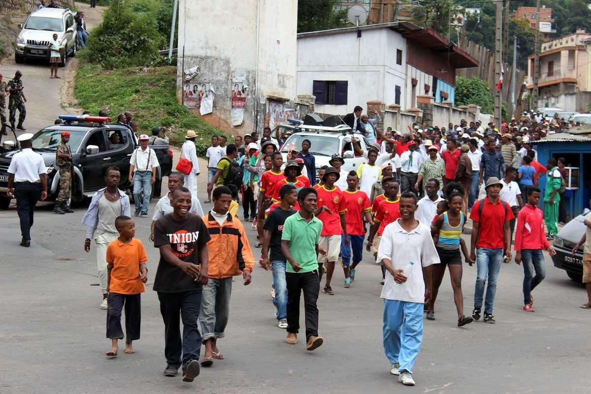 Passage devant le domicile du Premier ministre Jean Ravelonarivo, à Ankorahotra, fortement gardé (à gauche)