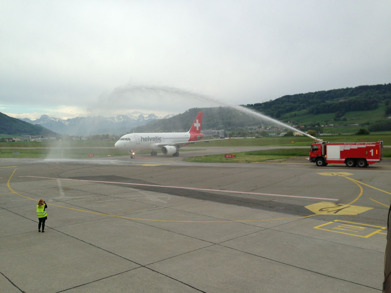1st Helvetic A319 coming to Bern
