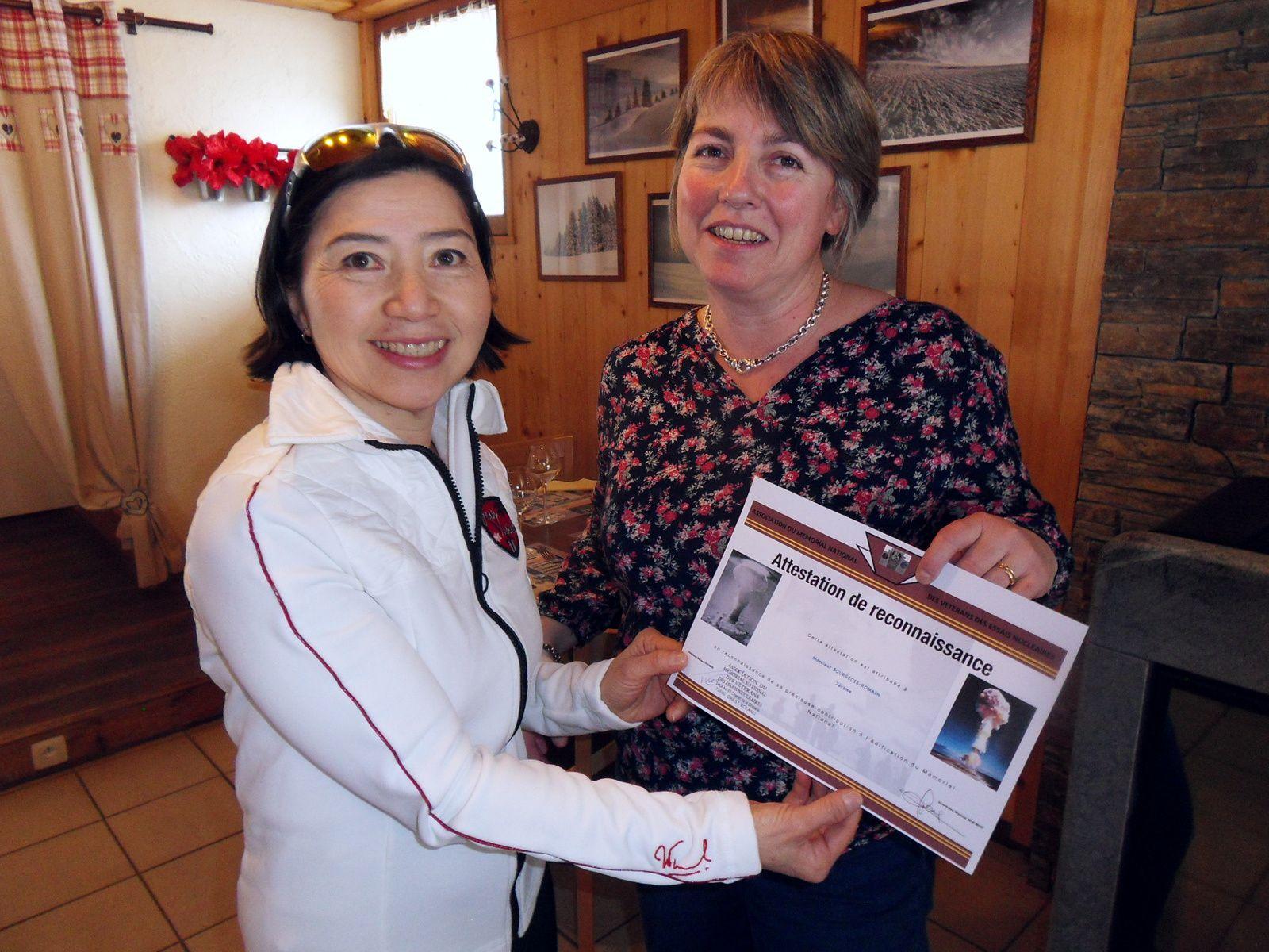 Photo Roland PICAUD: La marraine Anh Dao TRAXEL a eu plaisir de remettre cette attestation de reconnaissance