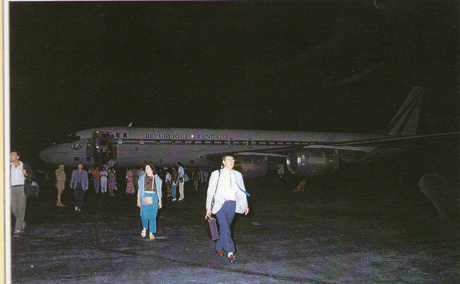 Atterrissage à Moruroa de l'avion du COTAM avec à son bord du personnel du CEA