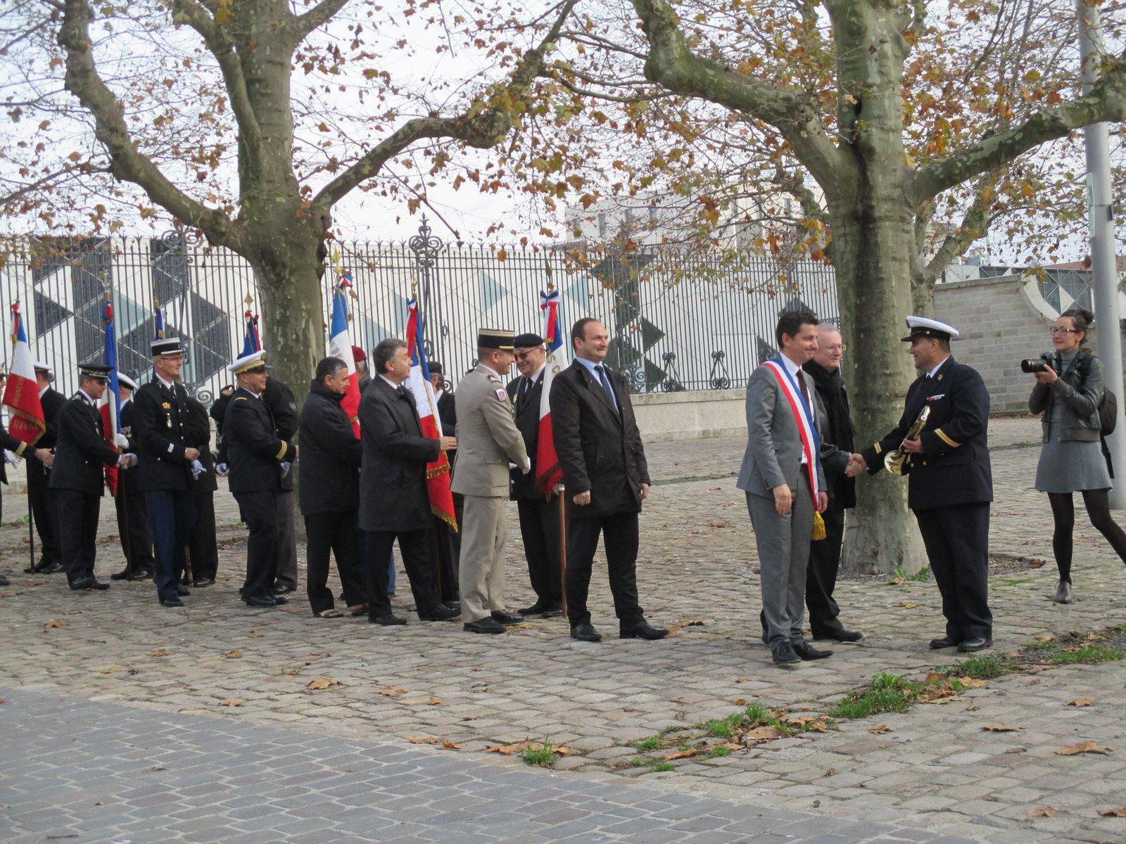 Photos Roland PICAUD: L'A.M.N.D.V.D.E.N a tissé des liens d'amitiés avec les Officiers de la Marine Nationale et des autres corps d'armées et de ce fait elle est associée à ces cérémonies.