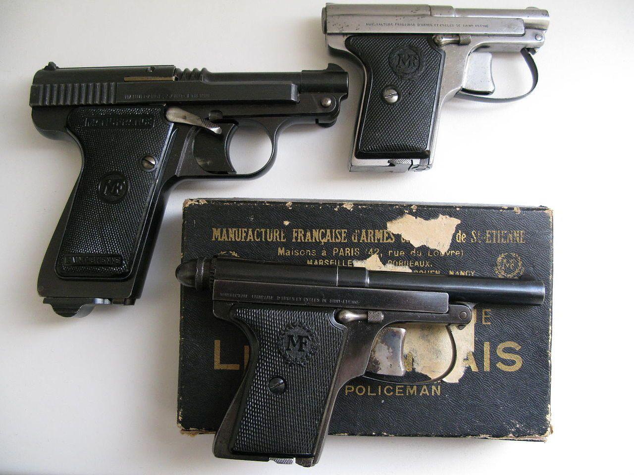 1 Le Français Poche, 1 Le Français 7,65 et 1 Le Français Policeman.Adopté par l'armée française en tant que pistolet de service peu avant le commencement de la guerre, le Mle 1935A était bien conçu mais a souffert des munitions trop légères de 7,65 mm (en comparaison avec des pistolets de 9 mm allemands). En 1938, une version simplifiée appelée Mle 1935S fut mise en production : elle était tellement semblable que toutes les caractéristiques techniques étaient presque les mêmes (elle était cependant plus facile et moins coûteuse à produire). Cette arme fut produite par les manufactures d'armes de Saint-Étienne, de Châtellerault et de Tulles. Elle avait également la caractéristique d'être très élégante, chose appréciée des gendarmes et policiers français (principaux utilisateurs de ce pistolet sous l'Occupation).  Mle 1935A  Mle 1935S (et A) Spécifications techniques Fonctionnement Semi-automatique Calibre 7,65 mm Munition 7,65x22 mm Long Cadence de tir 20 coups/min Capacité 8 cartouches Portée 100 m Masse 0,73 kg (0,79 kg pour le modèle S) Longueur 196 mm (188 mm pour le modèle S) Vitesse initiale 304 m/s