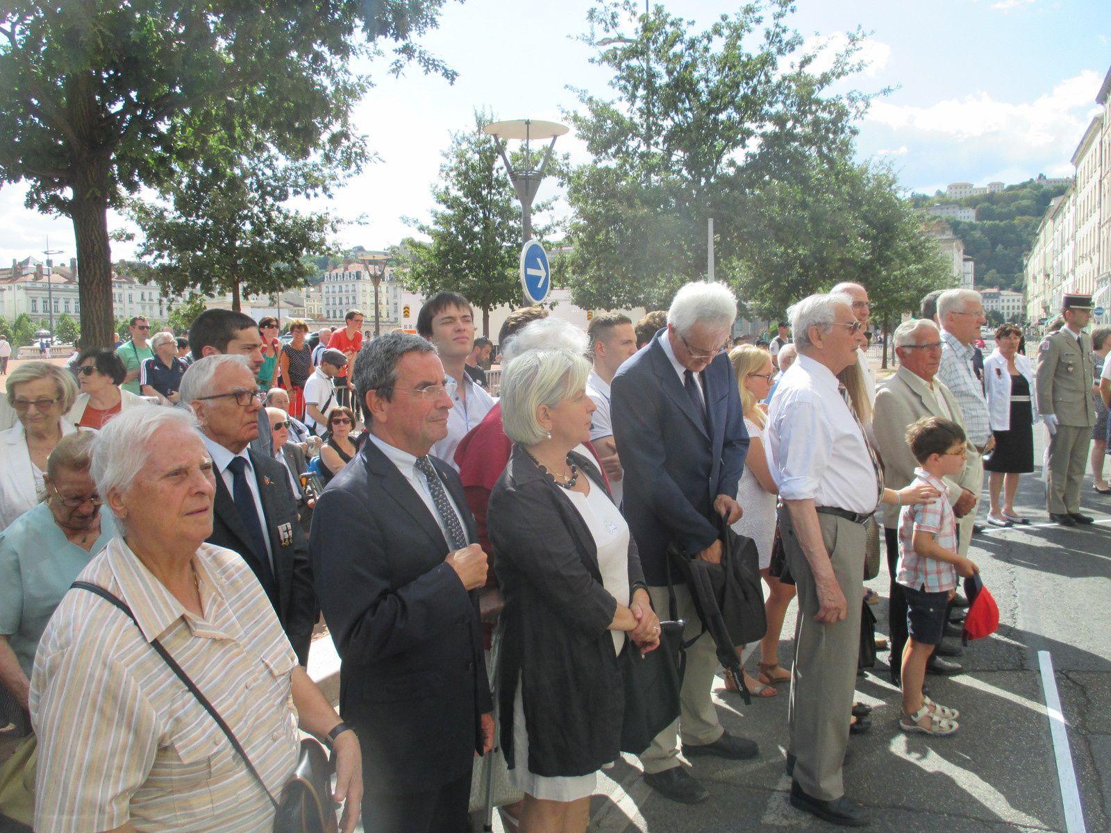 Une famille touchée par la mobilisation des Associations d'anciens combattants pour rendre l'hommage envers leurs parents victimes des nazis
