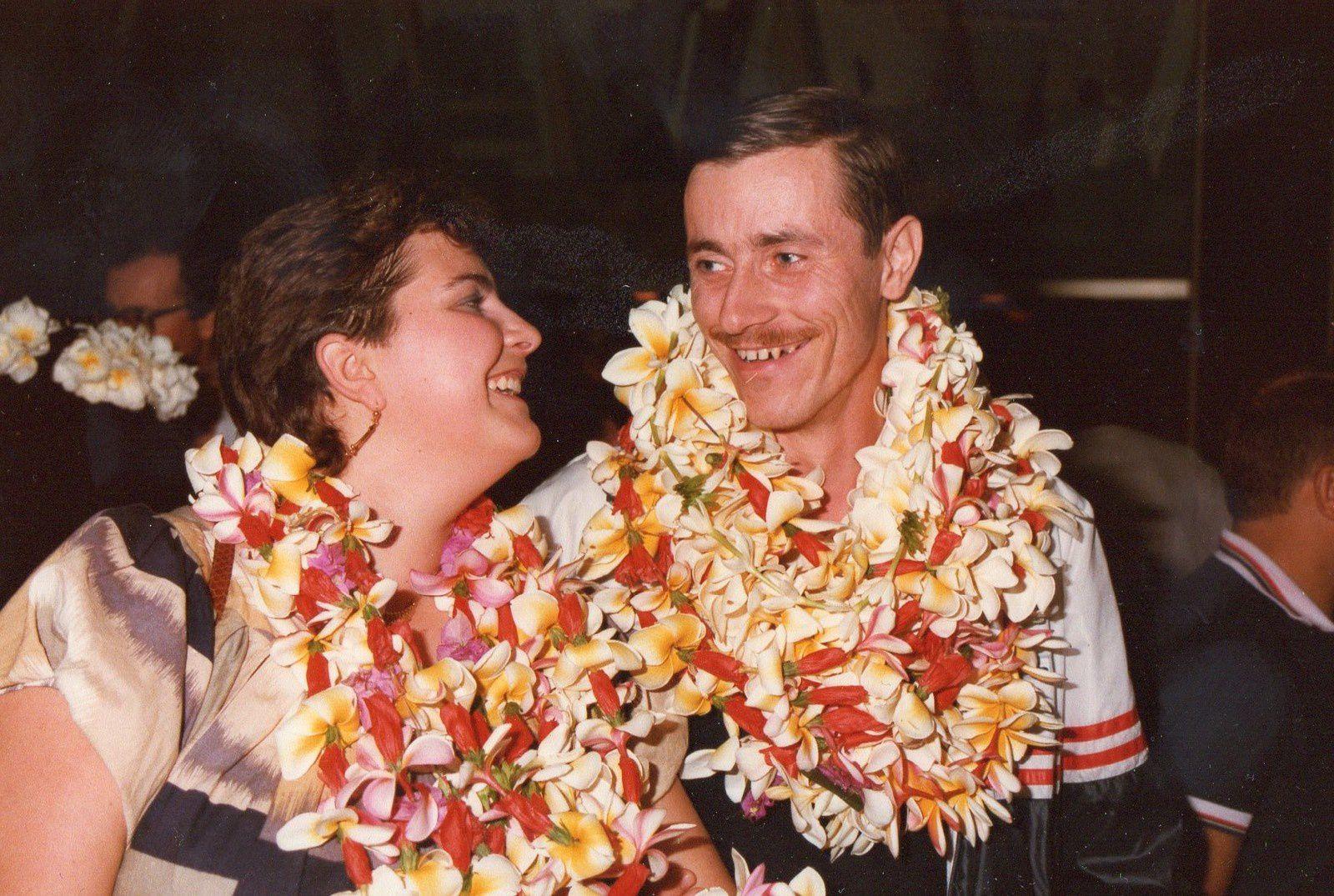 Le Vétéran Denis CIESLAK Second Maître avec à ses côtés son épouse Carole à leur arrivée à l'aéroport de FAA à Papette