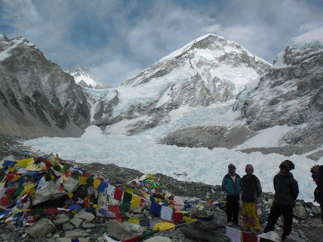 L'entrèe du Camp avec la cascade glacée à droite