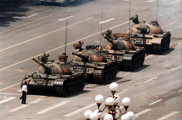 Souvent considérée comme la photographie la plus emblématique de l'histoire, «l'homme du réservoir» ou «le rebelle inconnu» montre un acte de courage et de défi et a gagné sa renommée internationale. Elle a eu lieu au cours des manifestations à la place Tiananmen le 5 Juin 1989, et est par la suite devenue un symbole de la fin de la guerre froide, et l'une des photos les plus célèbres du 20ème siècle. Quatre personnes affirment avoir pris des photos de l'événement, la plus célèbre a été celle de Jeff Widener.