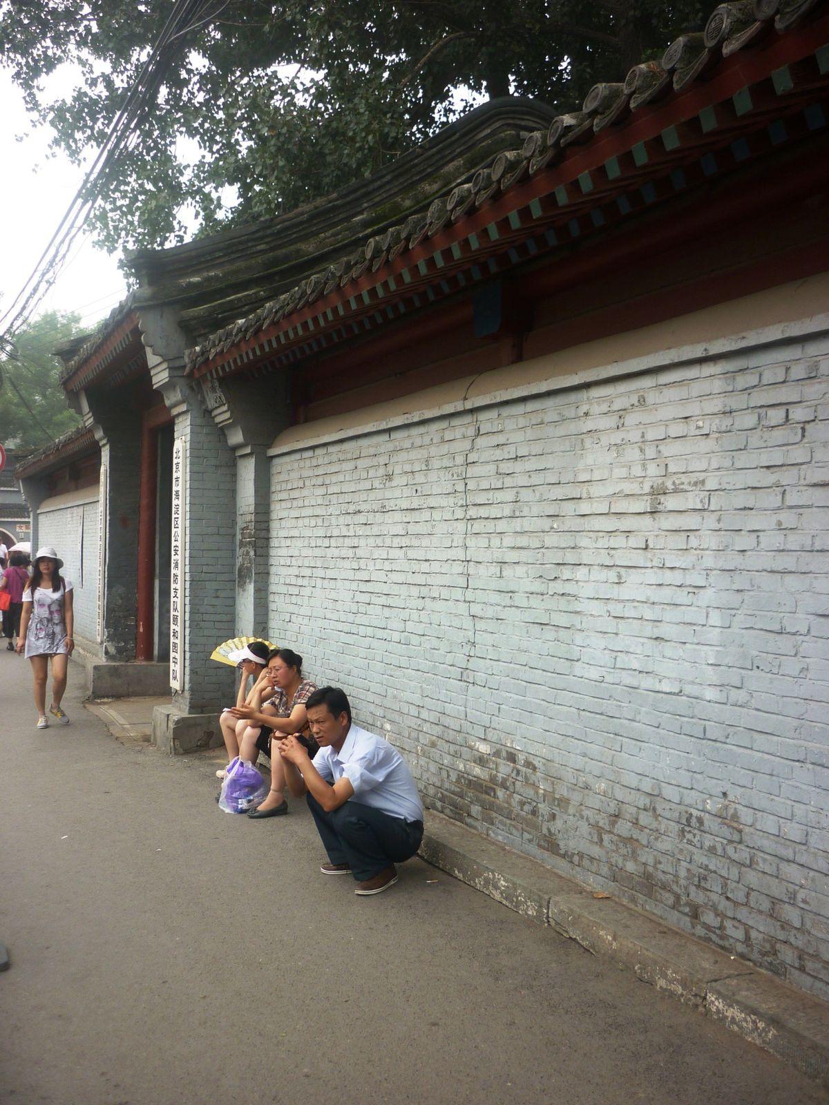 Les chinois spécialement étranges rencontrés (la position 'caca' est cependant très répandue en Chine pour se reposer les jambes!) #BEIJING, KUNMING, BEIHAI