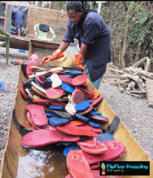 Les tongs sélectionnées et retenues pour être transformées sont ensuite lavées.