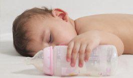 Pourquoi bébé ne doit pas s'endormir au biberon?