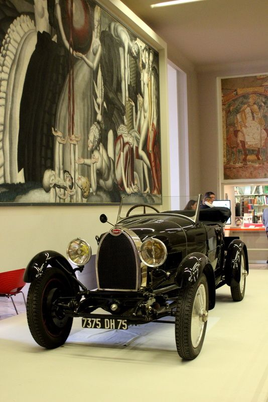 une belle Bugatti exposé dans l'entrée