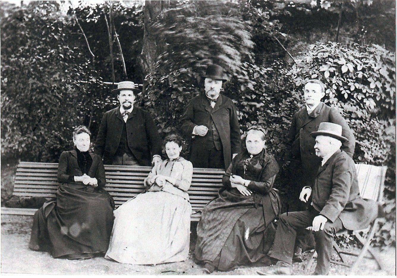 Les trois frères (Adrien à droite) leurs épouses, et les parents Simoneton