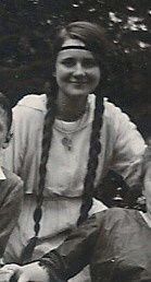 Odette Moretti fille d'Adrien Simoneton pianiste et chanteuse lyrique à ses heures .