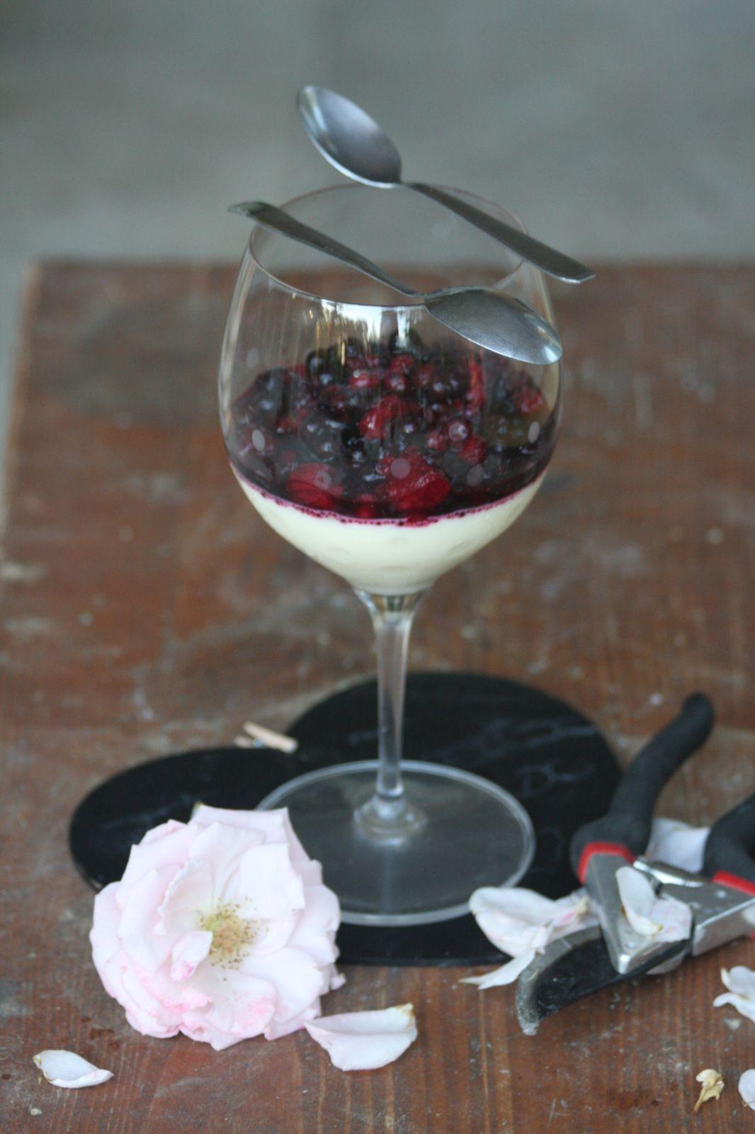 Panna-cotta à la rose et aux fruits rouges