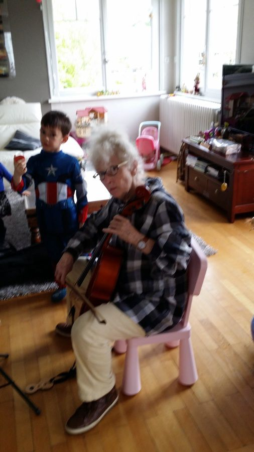 Mémère teste le violoncelle !