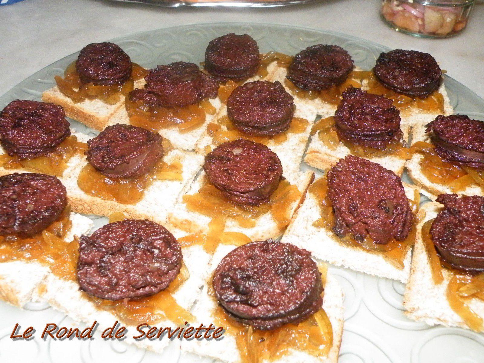 Toasts de boudins noirs sur lit d'oignons confits