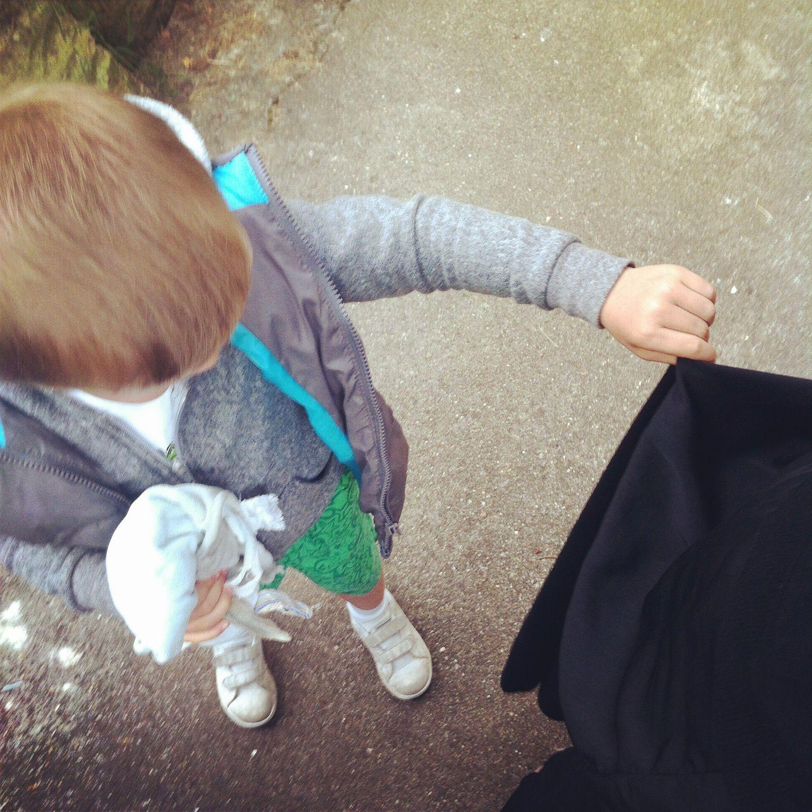 mon mini B ce petit homme super galant : il tient ma jupe qui touche par terre #tropchou je suis sous le charme