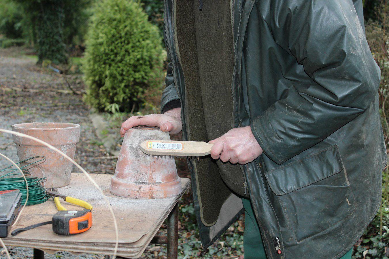 Un bon nettoyage à sec, avec une brosse metallique, exterieur et interieur