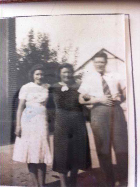 a gauche maman agée de 16 ans - à coté sa mère - à droite son frère de 18 ans son ainé bel homme mesurant 1m82 &#x3B; quand il est mort à l'age de 93 ans, il était plié en deux par l'arthrose et pesait 50 kgs !!!