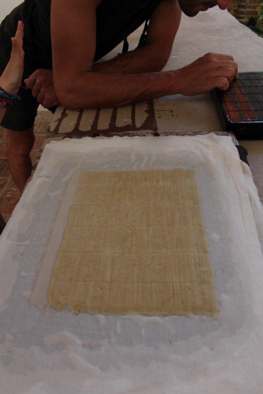 Le tailer de papel où ils élaborent à l'ancienne des feuilles de papiers à base de plantes de fique (une sorte de yuca), et à base de fibres d'ananas. Zozo a pu faire sa toute première feuille de papier artisanale, génial!!!