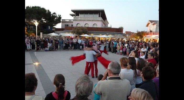 Lous pignots - démonstration de danse traditionnelle gascone Place de la jetée à Andernos.