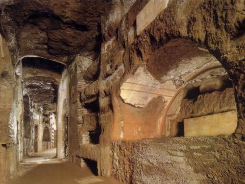 Les Catacombes de Domitilla à Rome   Amélie y vivra des heures sombres, tentera d'échapper à l'homme qui la poursuit dans les dédales infinis des galeries souterraines.   Les gardiens des portes : Amélie
