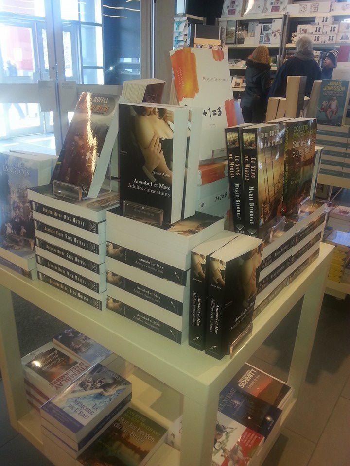 Super contente de retrouver mon roman sur le cube à l'entrée chez le Archambault de Brossard!