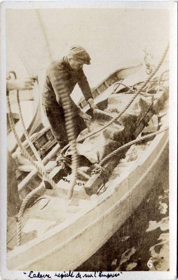Transport d'une victime du naufrage | Empress of Ireland | D'amour et de haine : Quand tout bascule