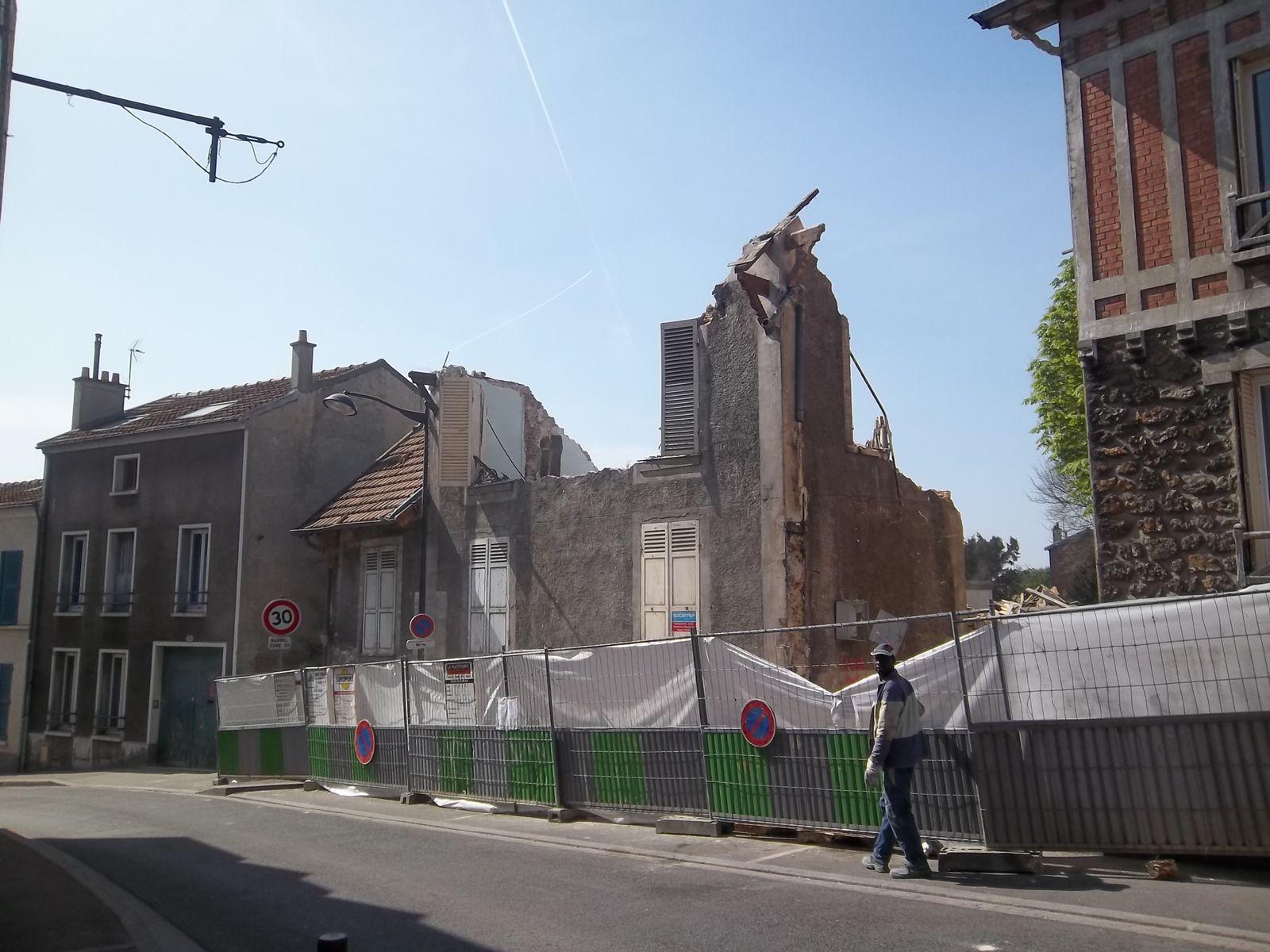 """Secours Catholique Rosny Sous Bois - Mars 2012 démolition du pavillon de gardien et de l'""""aquarium"""" ( local Secours Catholique"""