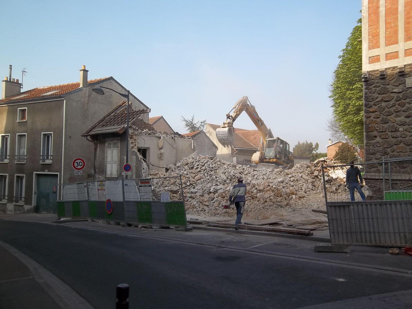 """Mars 2012 démolition du pavillon de gardien et de l'""""aquarium"""" ( local Secours Catholique  # Secours Catholique Rosny Sous Bois"""