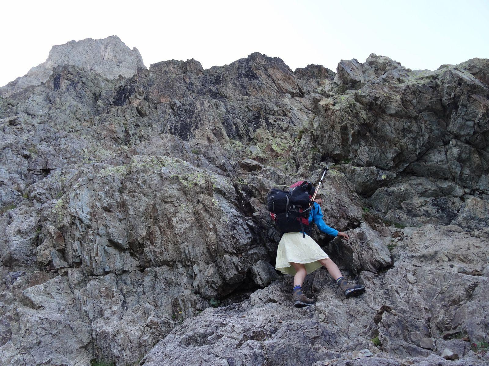Approche complexe, avec une section de rocher qui oblige à sortir la corde