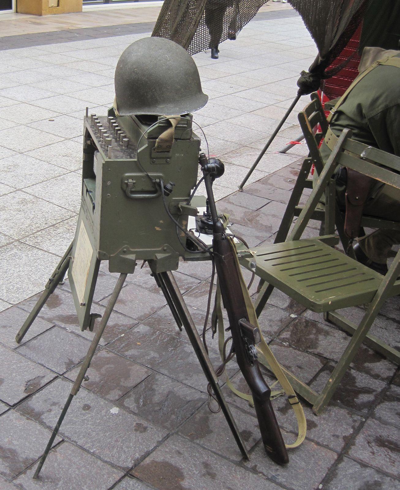 """Posé contre le poste de radio un fusil """"US M1"""" arme emblématique des GI'S"""