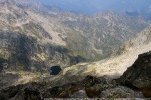 Etang Bleu du Garbet vu de la Pique Rouge de Bassies (2676m)