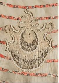 détail de la robe &#x3B; dauphin couronné, brodé sur toutes les roes de Sissi venant de sa résidence de Corfou