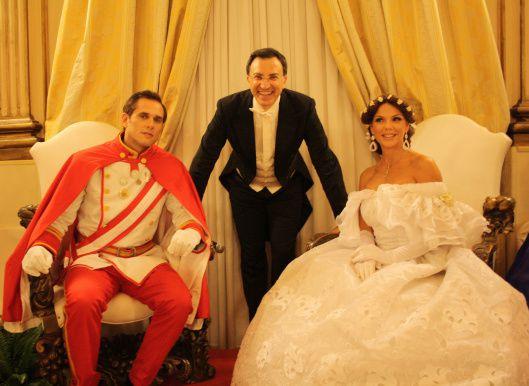 Lehs éros de la soirée : Nino Graziano Luca, directeur de la compagnie ationale de danse historique, en compagnie de l'Empereur et de l'Impératrice