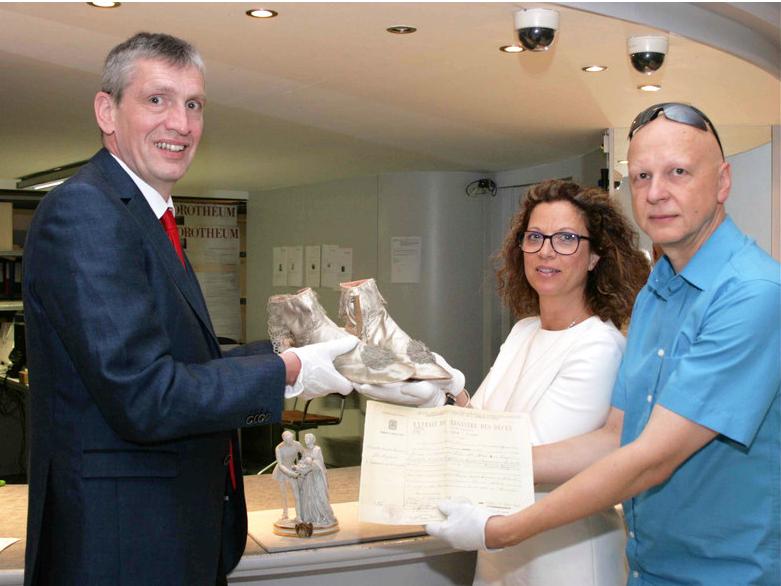 Christian Kaufmann, chef du département des peintures et objets anciens du Dorotheum remet les 3 objets à Olivia Lichtscheidl et Michael Wohlfart