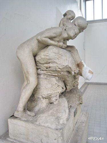 Au dernier étage, le plâtre (abimé) d'une sculpture de Max Blondat.