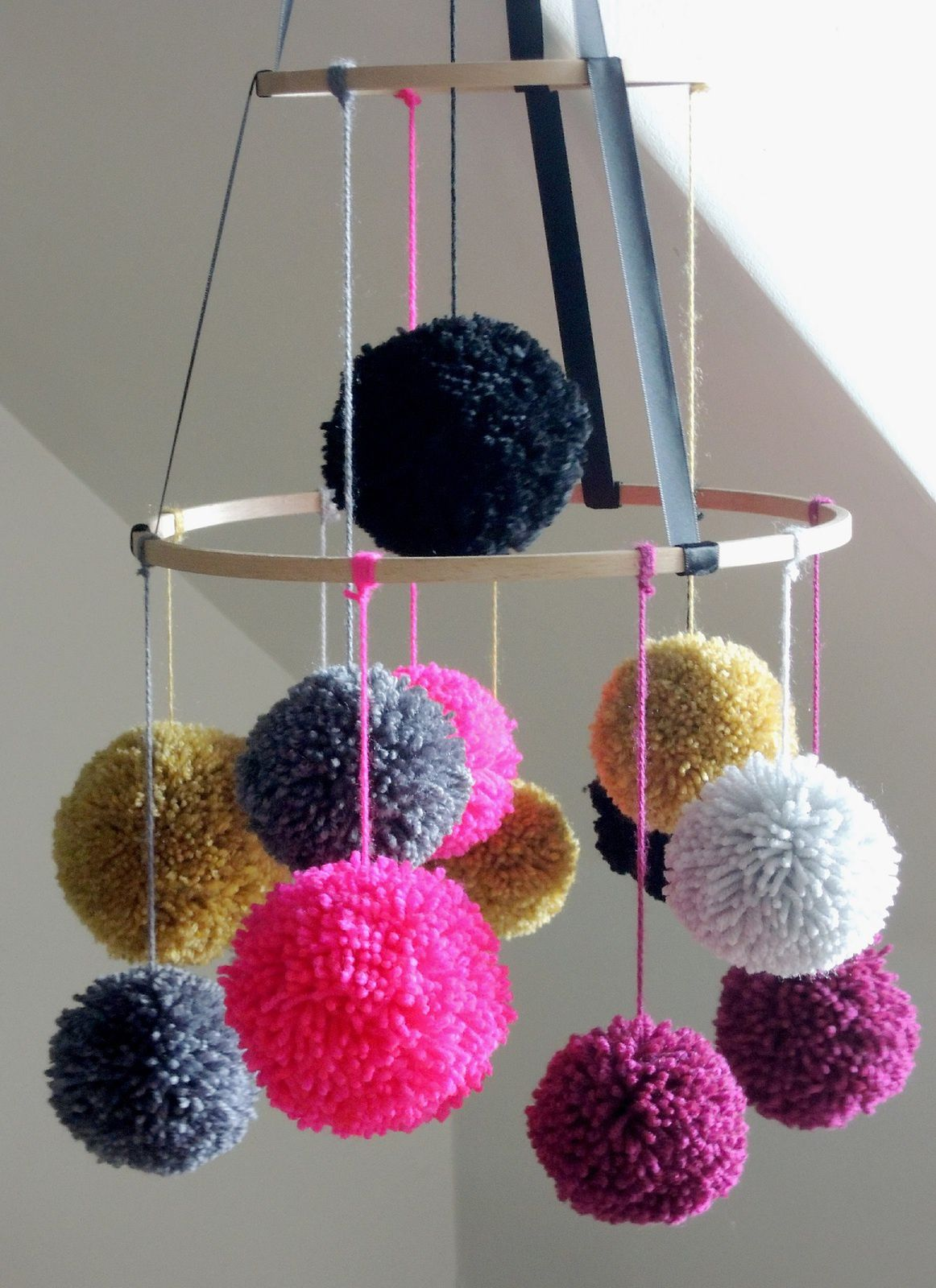 diy un mobile pompons les trouvailles d 39 alma et de sa. Black Bedroom Furniture Sets. Home Design Ideas
